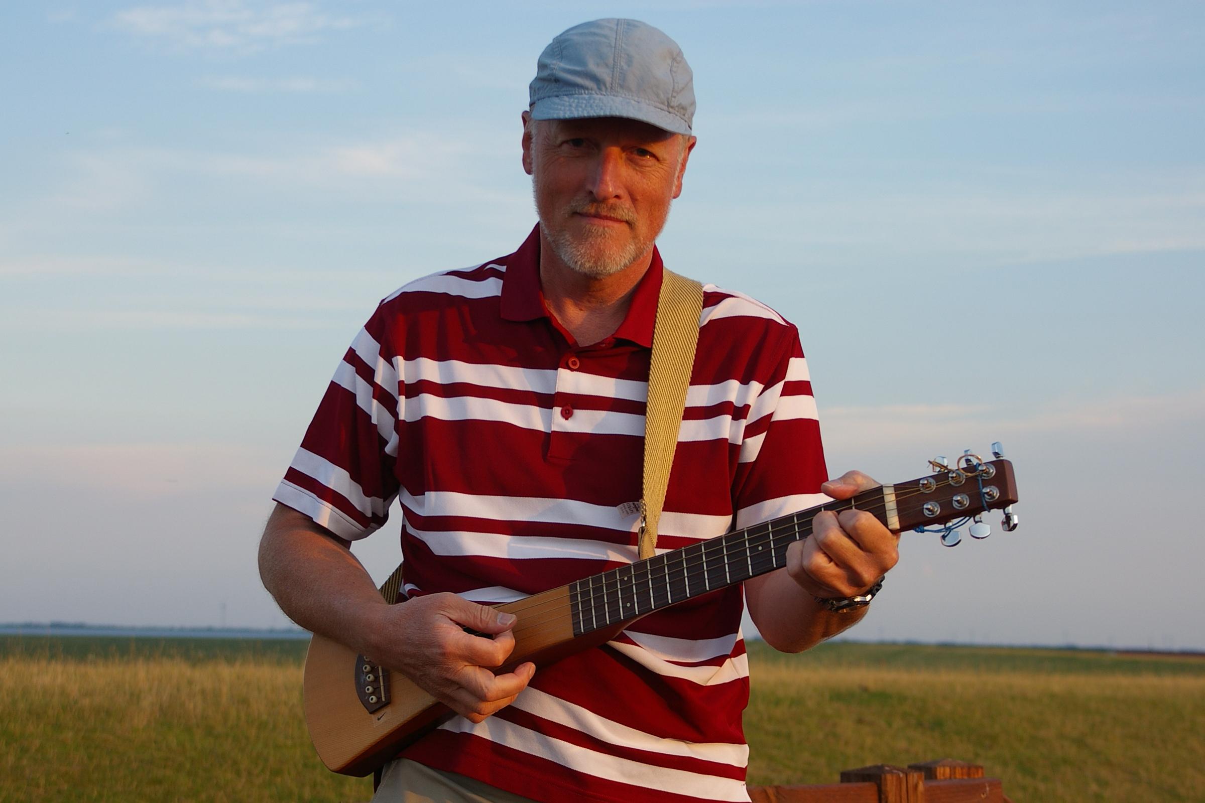 Lutz Hering mit Gitarre